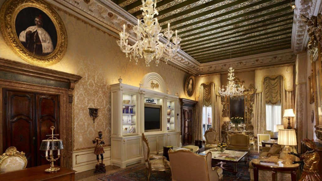 Recently restored by both the Academy of Fine Arts of Venice and Pierre Yves Rochon, the Doge Dandolo Royal Suite is at the same time stately and welcoming. A close look around the salon unveils exquisite antique portraits by 19th century Venetian artist Ermalao Paoletti.