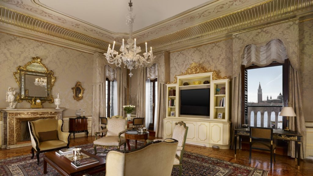 Alongside unrivalled views, discover extraordinary inlaid parquet craftsmanship, antique paintings and furnishings in your Signature Suite at the Hotel Danieli.