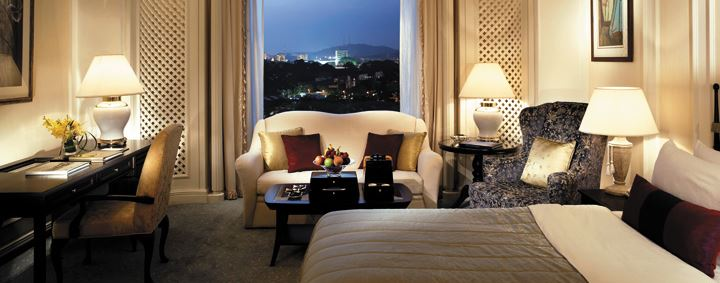 Deluxe room in the Valley Wing of the Shangri-La Hotel in Singapore